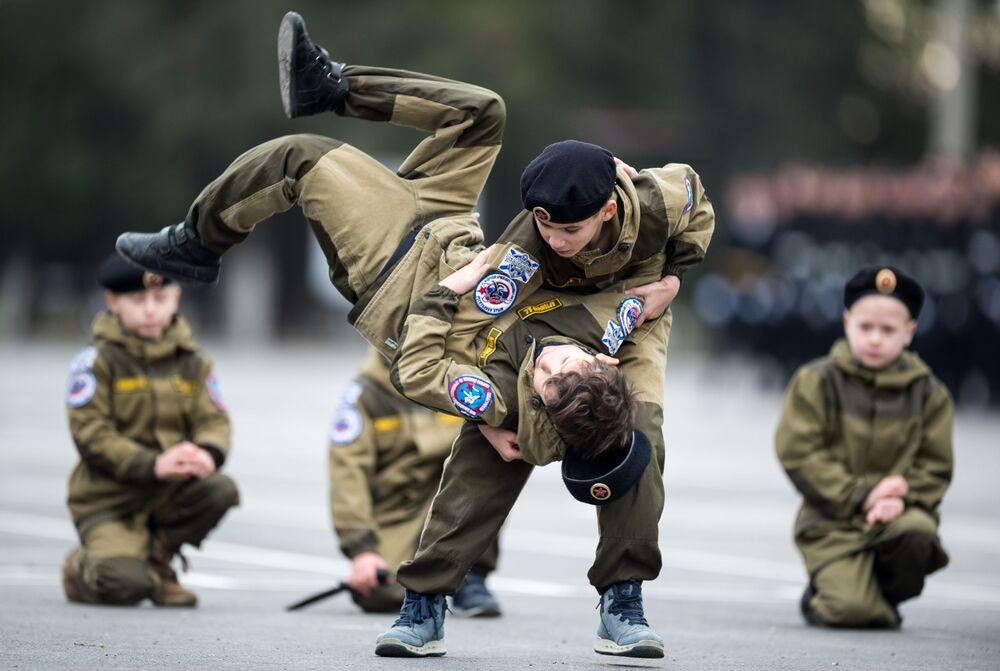 Účastníci ukázkových vystoupení během oslav 50. výročí samostatné brigády námořní pěchoty Černomořského loďstva