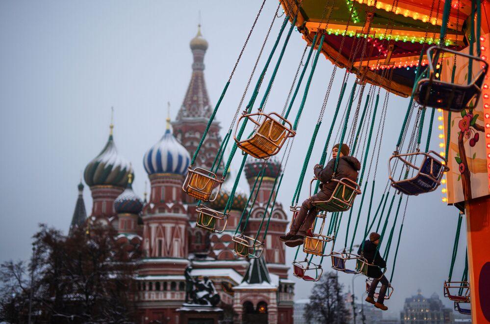 Děti na řetízkovém kolotoči na Rudém náměstí v Moskvě