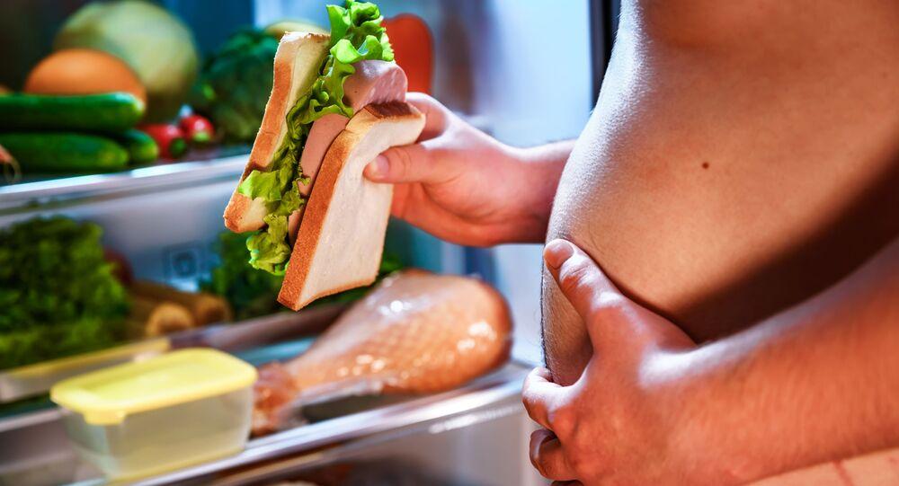 Muž drží chlebíček