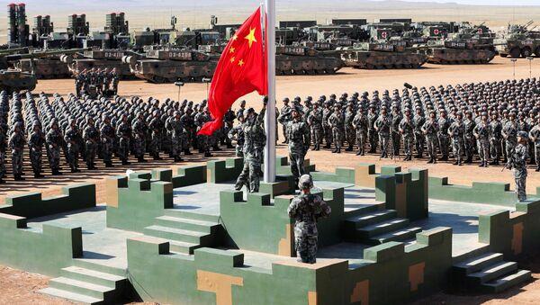 Čínští vojáci na vojenské základně vytahují státní vlajku během vojenské přehlídky na počest 90. výročí založení republiky - Sputnik Česká republika