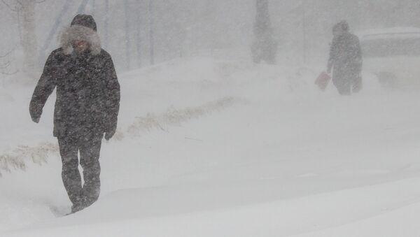 Obyvatelé Južno-Sachalinsku během bouře - Sputnik Česká republika