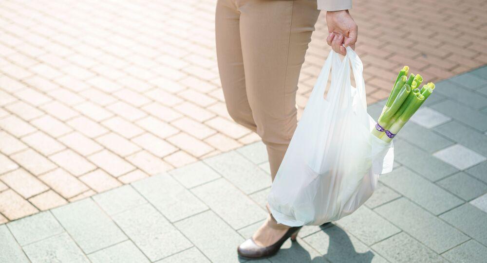 Žena s plastovým sáčkem