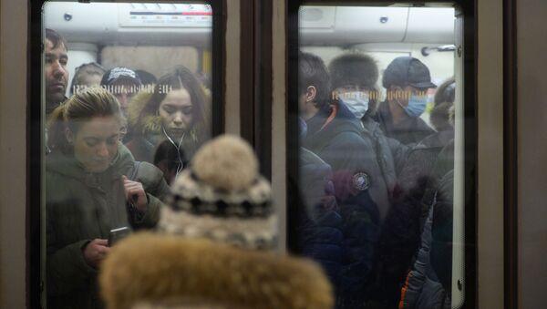 Cestující v moskevském metru v rouškách - Sputnik Česká republika