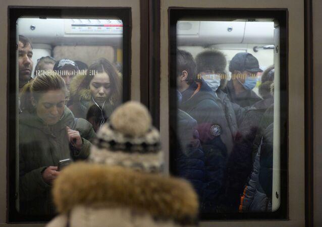Cestující v moskevském metru v rouškách