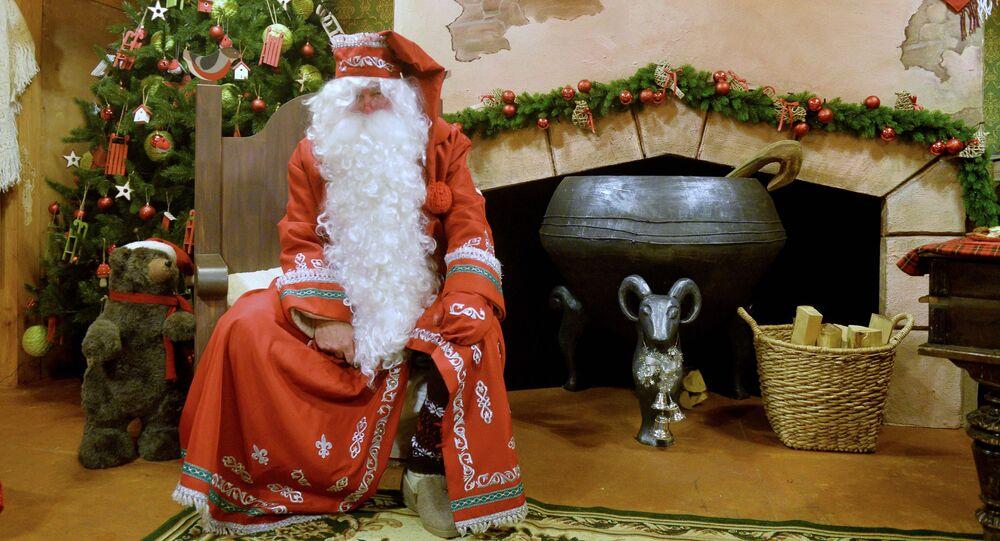 Santa Claus pod stromečkem