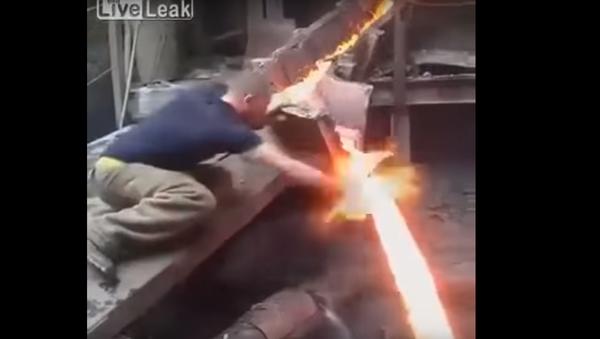 Tvrdý ocelář ponořil holou ruku do roztaveného kovu - Sputnik Česká republika