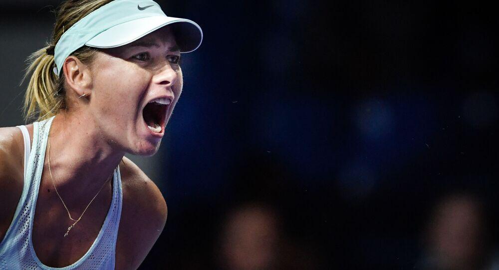 Maria Šarapovová na turnaji VTB Kremlin Cup při zápasu proti Magdaléně Rybárikové