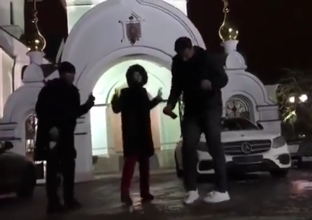 Sobčaková zatančila s láhví u chrámu ve stylu Pussy Riot. Video