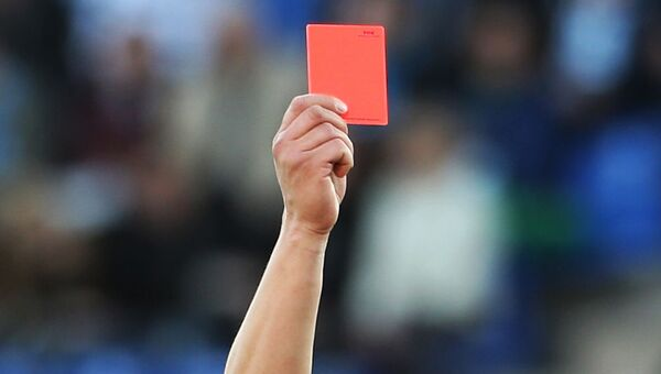 Fotbalový rozhodčí během zápasu ukazuje červenou kartu. Ilustrační foto - Sputnik Česká republika