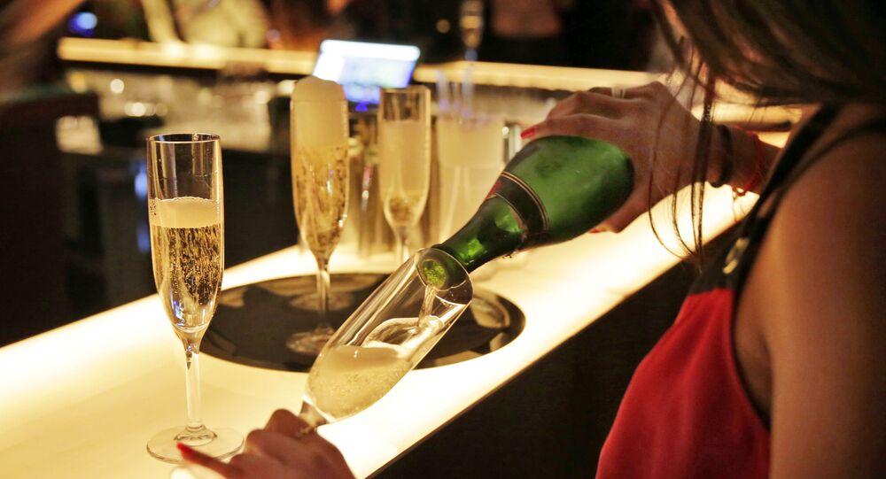 Dívka rozlévá šampaňské v New Yorku