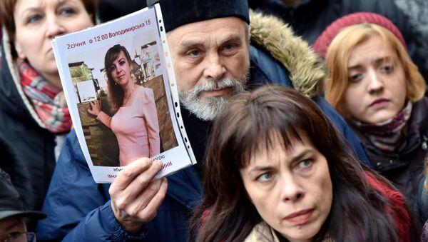 Účastníci protestní akce u budovy Státní policie Kyjevské oblasti, kteří žádají nalezení vrahů Nozdrovské - Sputnik Česká republika