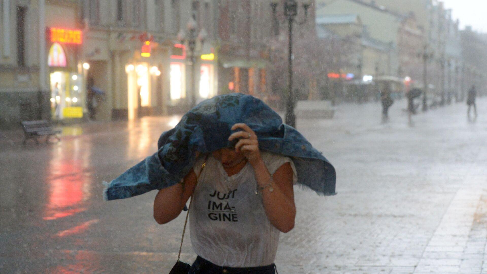 Dívka během deště - Sputnik Česká republika, 1920, 07.06.2021