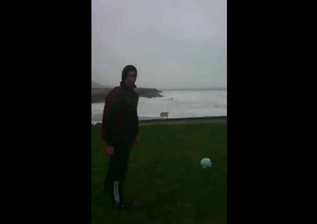 Muž v Irsku si zahrál fotbal s uragánem