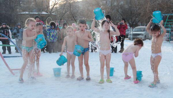 Děti se polévají vodou - Sputnik Česká republika