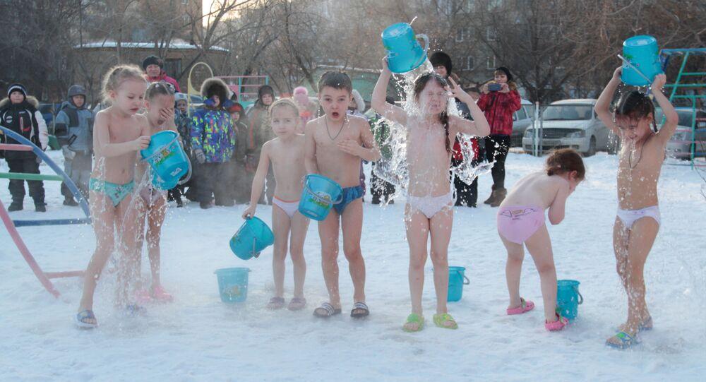 Děti se polévají vodou