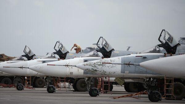 Stíhačky Su-24 na letecké základně Hmeimim v Sýrii - Sputnik Česká republika