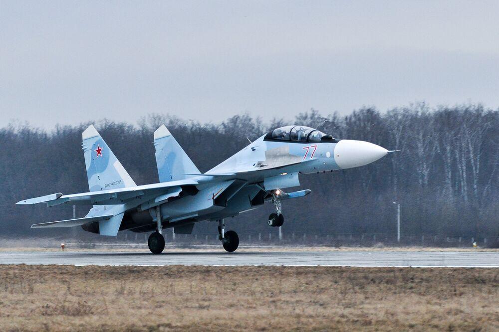 Víceúčelová stíhačka Su-30SM během tréninku ve výcvikovém prostoru ve Voroněžské oblasti.
