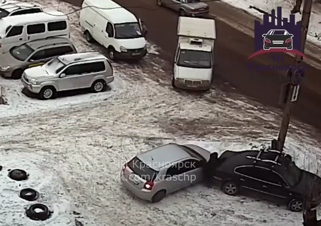 """Žena, která couvala na parkovišti, """"natiskla"""" chodkyni do druhého auta"""