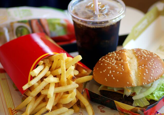 Hranolky, kola a hamburger