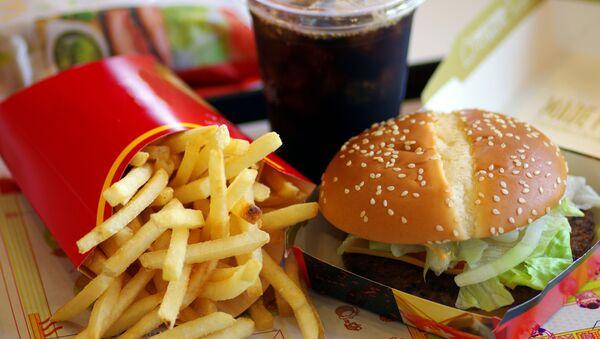 Hranolky, kola a hamburger - Sputnik Česká republika