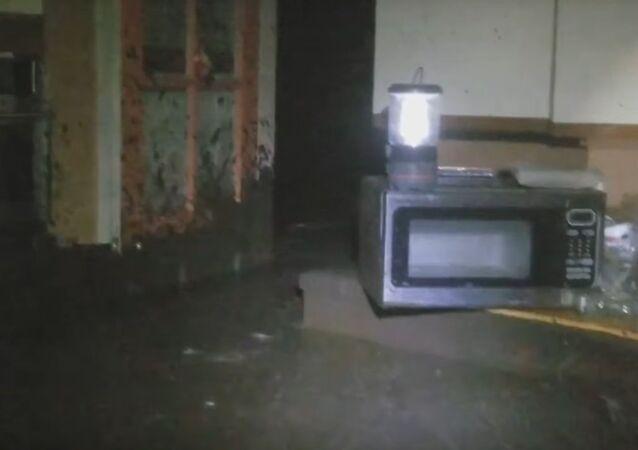 Suťový proud ničí dům před očima majitele