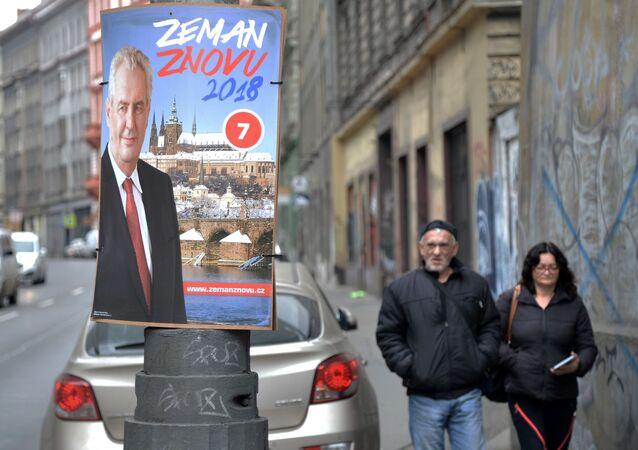 Plakát Miloše Zemana v pražské ulici
