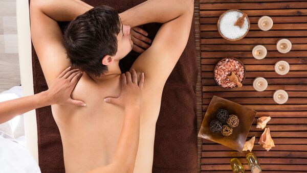 Muž během seanse masáže - Sputnik Česká republika