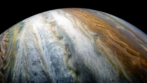 Automatická stanice Juno udělala snímky oblaků kolem jižního pólu Jupiteru - Sputnik Česká republika