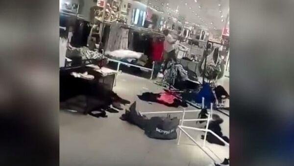 Radikálové ničí jeden z obchodů H&M - Sputnik Česká republika