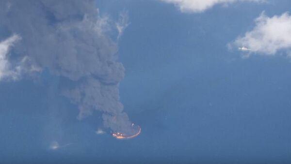 Obrovská hořící ropná skvrna - Sputnik Česká republika