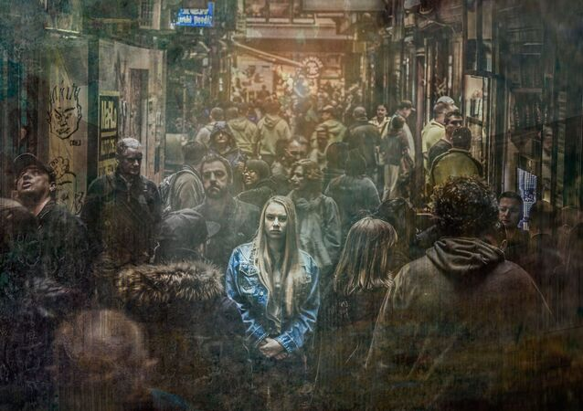 Vystresovaná dívka v davu