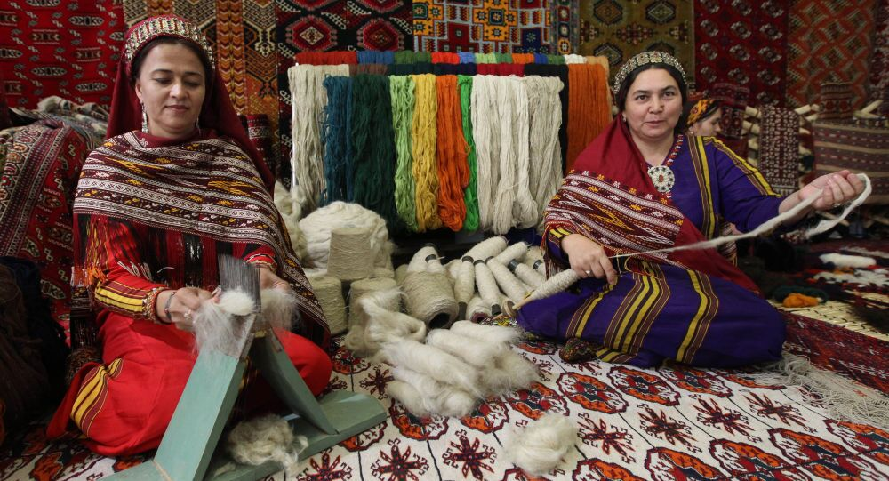 Stánek na výrobu koberců na výstavě v Ašchabadu, Turkmenistán. Ilustrační foto