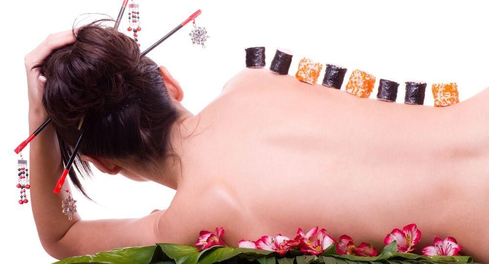 Suši na ženském těle. Ilustrační foto