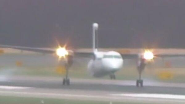 Šílené přistání za silného větru v Düsseldorfu. Video - Sputnik Česká republika