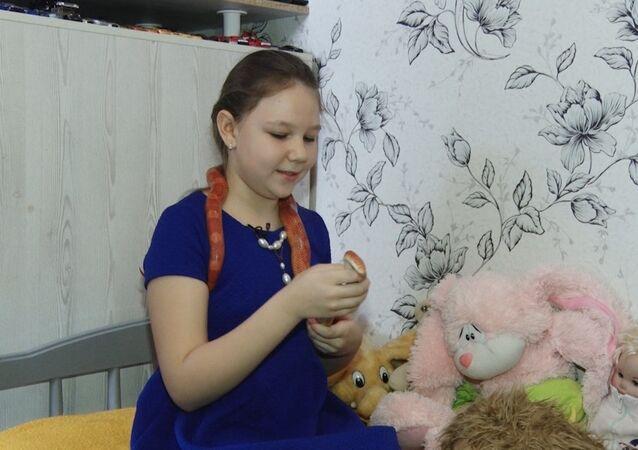 Ruská dívka má raději hady než panenky