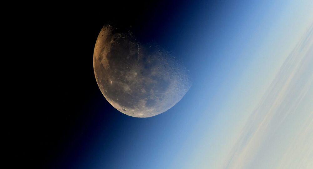 Snímek Měsíce pořízený kosmonautem Sergejem Rjazanským