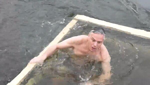 Americký velvyslanec v Rusku se vykoupal v díře v ledu a zkusil si ruské válenky - Sputnik Česká republika