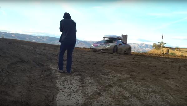 Lamborghini v blátě hrabe jako prase - Sputnik Česká republika