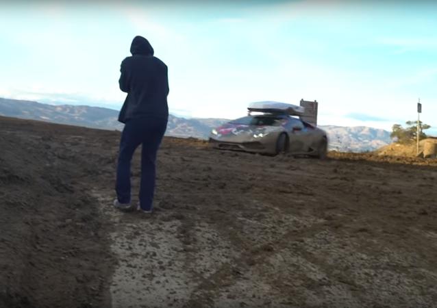 Lamborghini v blátě hrabe jako prase