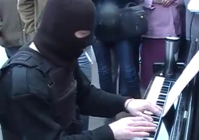 Hudba navzdory válce. Ukrajinský voják hraje na pouliční piano