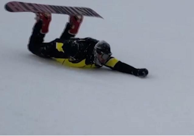 Snowboardista sjel Elbrus na břiše