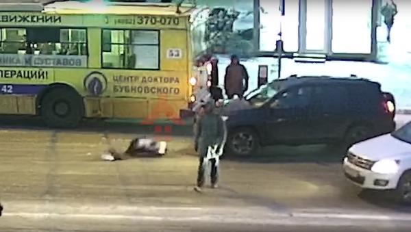 Ruska vstala a šla, jako by se nic nestalo, poté, co ji srazilo auto - Sputnik Česká republika