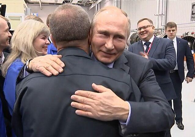 Putin v Ufě objal dělníka a chtěl ho políbit
