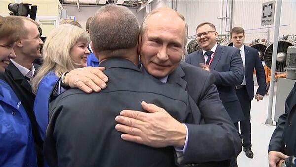 Putin v Ufě objal dělníka a chtěl ho políbit - Sputnik Česká republika