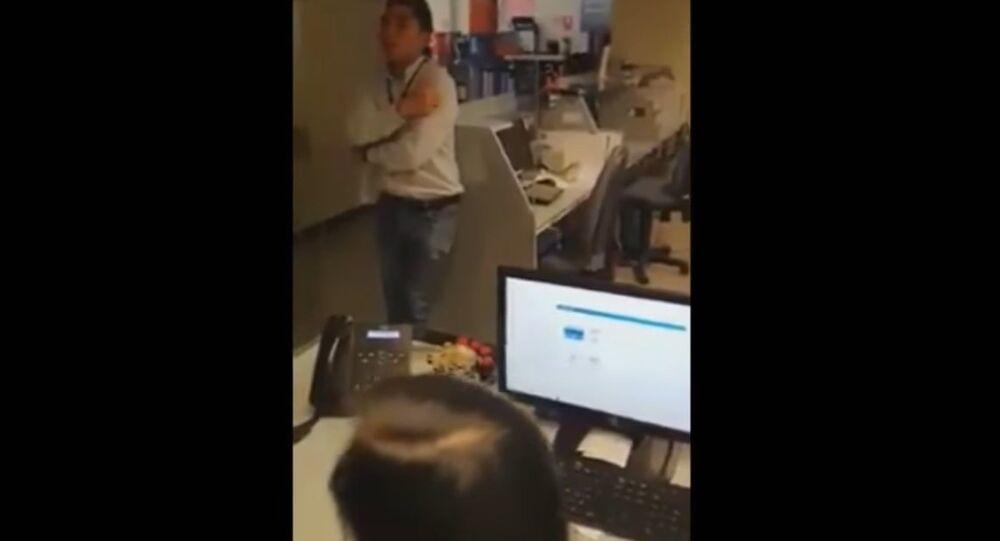 Kameraman zachytil ducha dívky procházející bankou