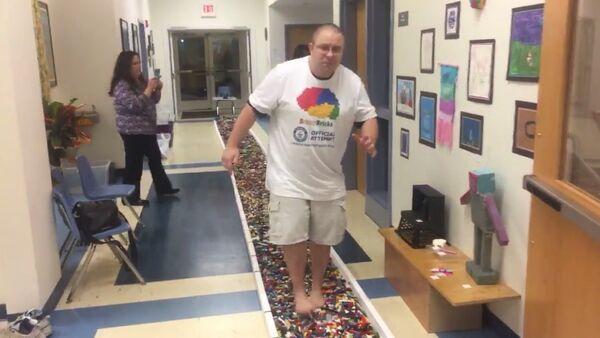 Američan ušel bosky po součástkách Lego 36 metrů a stanovil světový rekord - Sputnik Česká republika