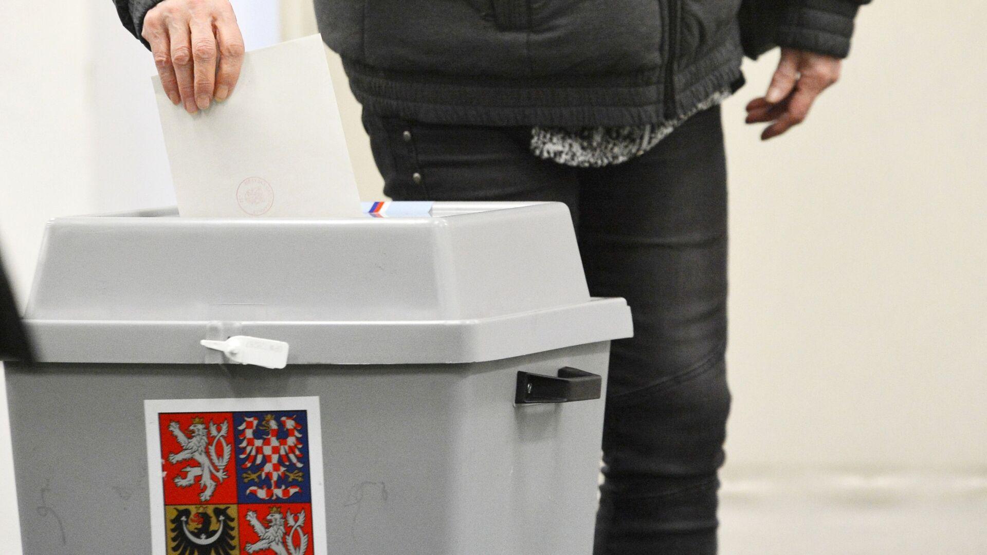 Pražan hlasuje ve volební mísnosti během prvního kola prezidentských voleb v Česku - Sputnik Česká republika, 1920, 17.08.2021