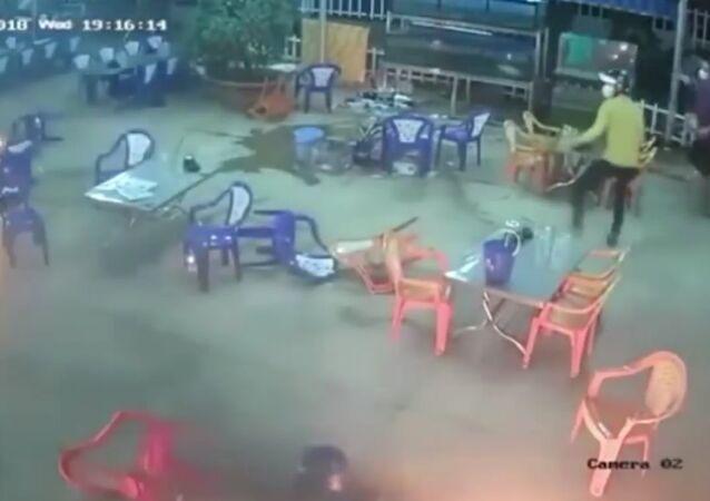 Masová rvačka ve vietnamské restauraci se dostala na video