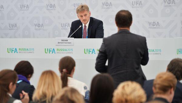 Dmitrij Peskov na briefingu v Ufě - Sputnik Česká republika