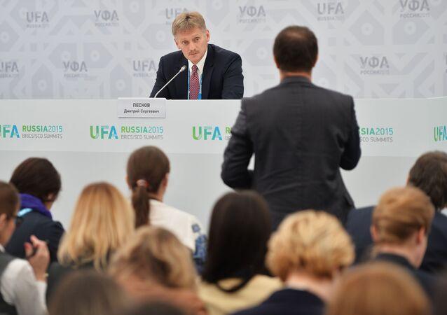 Dmitrij Peskov na briefingu v Ufě